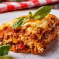 Lasagne z hovězího ragú a posypané sýrem.