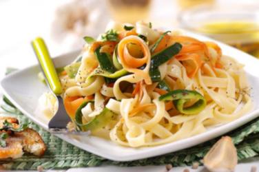 Jídlo připravené v Pasta Fresca z těstovin a čerstvé zeleniny.